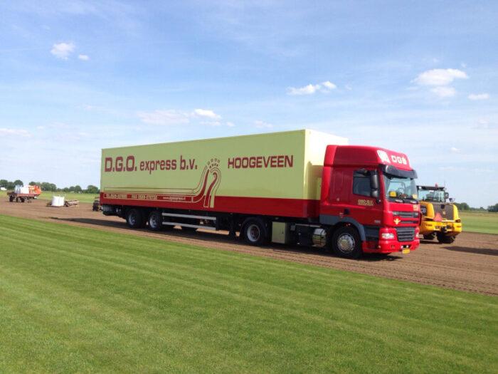 Graszoden bezorgen met de vrachtwagen.
